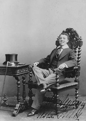 Vesta Tilley, kvinnelig dragartist fra tidlig 1900-tall. Licensed under Public domain via Wikimedia Commons -