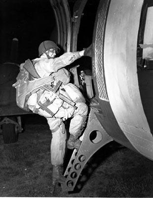Paratrooper på vei til Normandie. Foto fra The U.S. Army på Twitter. CCBY 2.0.